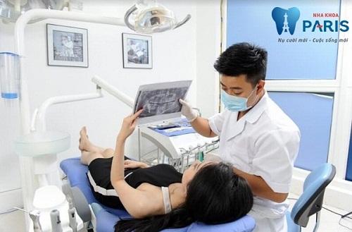 Bác sỹ thăm khám bệnh nhân để xác định rõ tình trạng răng vổ